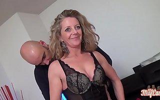 Amanda mature trompée veut profiter elle aussi